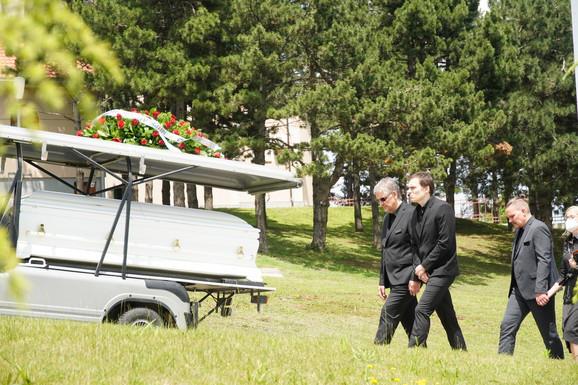 Suprug i sin na sahrani doktorke