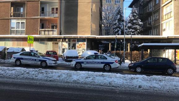 Policija ispred zgrade ubijenog Mileusnića