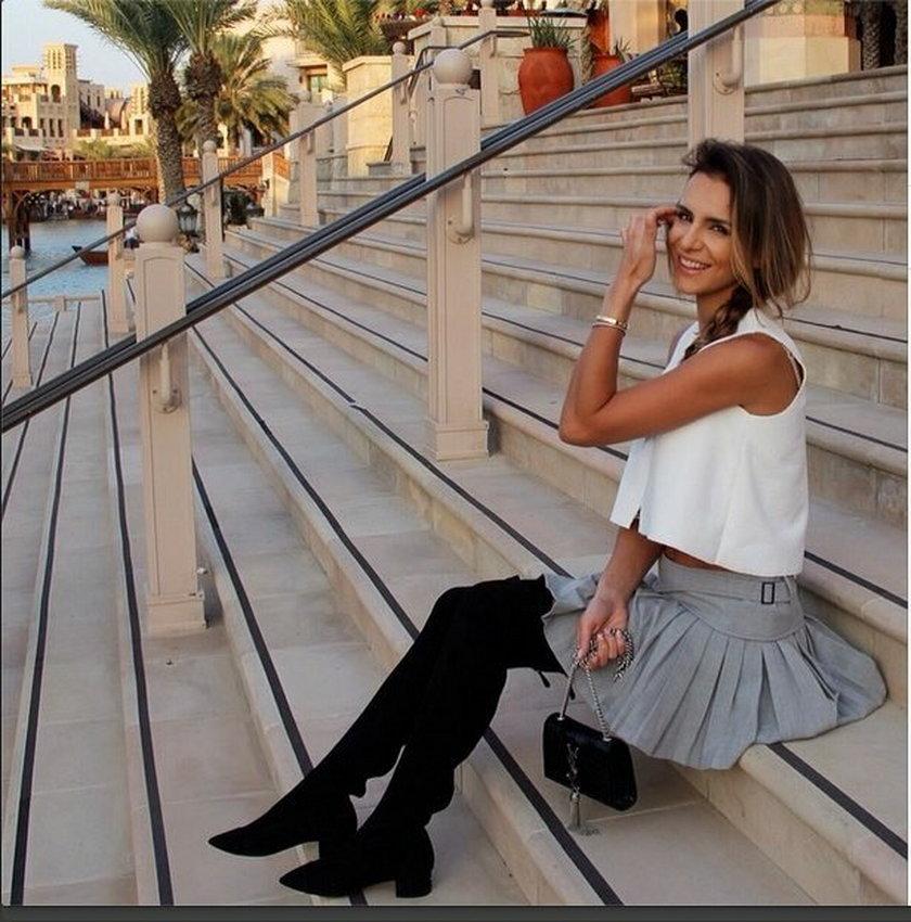 Sara Boruc w modnej stylizacji pozuje do zdjęcia na schodach