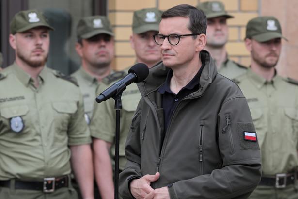 Premier Mateusz Morawiecki podczas potkania z funkcjonariuszami Straży Granicznej i policji oraz żołnierzami WP przed Placówką SG w Kuźnicy.