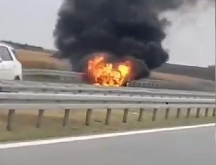 Auto u plamenu