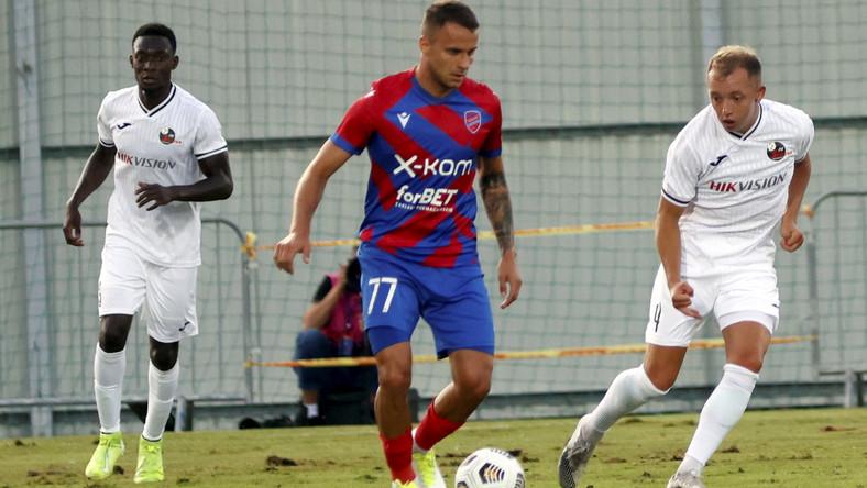 Marcin Cebula (C, przy piłce) podczas meczu z FK Suduva Mariampol