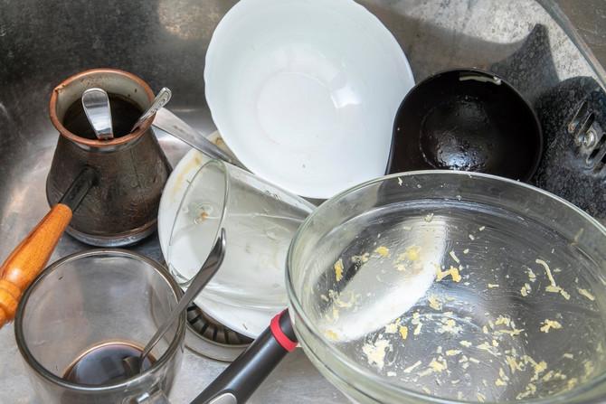 Prljavo posuđe u sudoperi