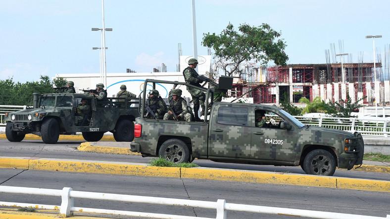 Siły bezpieczeństwa zdołały w czwartek ująć w domu, który był jego kryjówką, 28-letniego syna i prawdopodobnego następcę słynnego Joaquina Guzmana, który po wyroku przebywa w więzieniu w USA. Uwolniły Ovidio Guzmana, gdy dom został otoczony przez uzbrojonych członków jego gangu.