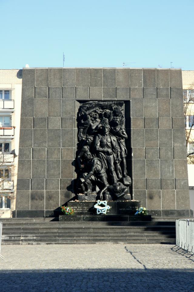 Pomnika Bohaterów Getta przed Muzeum Historii Żydów Polskich Polin