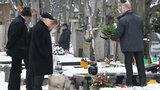 Kaczyński na grobie mamy. FOTO