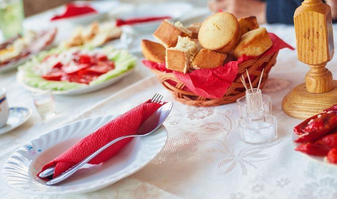 Svaki domaćin trudi se da bogato pripremi slavu,  ali kolač, sveća, vino i žito simboli su slave