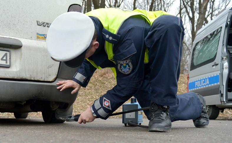 Policjant wykonujący kontrolę stara się też zwrócić uwagę na inne defekty pojazdu mające wpływ na ekologię