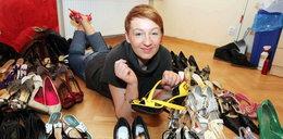 Ona kocha buty. Ma ich...
