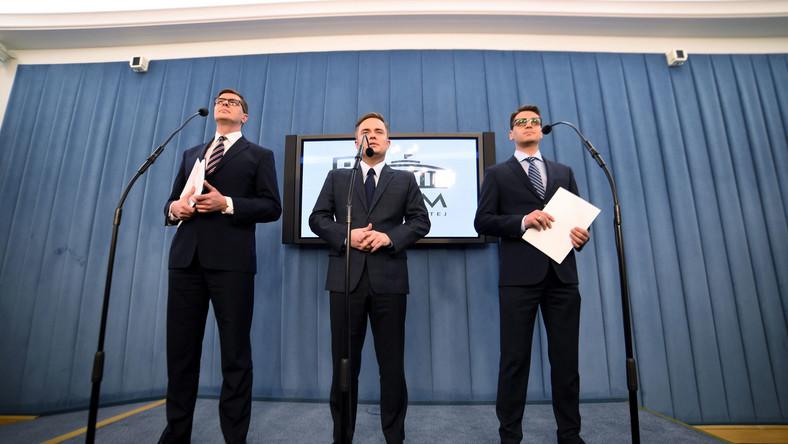 Posłowie wykluczeni z partii i klubu parlamentarnego Prawa i Sprawiedliwości: Adam Hofman (C), Mariusz Antoni Kamiński (P) i Adam Rogacki (L) podczas konferencji prasowej w Sejmie