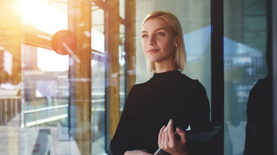 Kobieta ubrana na czarno (zdjęcie ilustracyjne)