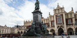 Wyczyszczą pomnik Mickiewicza...orzeszkami