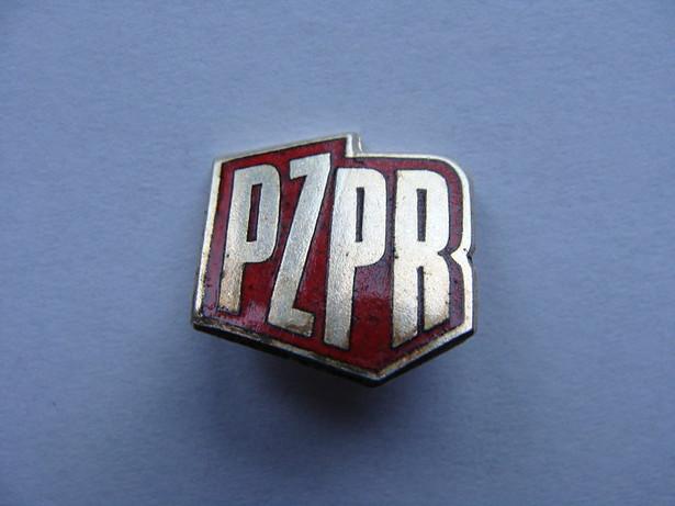 Istniejąca od 1948 r. PZPR przez ponad 40 lat sprawowała w Polsce najpierw totalitarną, a następnie autorytarną władzę, odpowiadając m.in. za stalinowski terror, krwawe pacyfikacje protestów społecznych z roku 1956 i 1970 oraz represje stanu wojennego. Na zdjęciu: Odznaka PZPR, fot. Pesell / Wikimedia Commons, CC-BY-SA 4.0