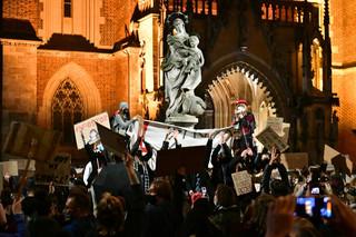 Na ulicach kolejny dzień protestów przeciwko orzeczeniu TK ws. aborcji. Pod kościołami modlitwy i śpiewy