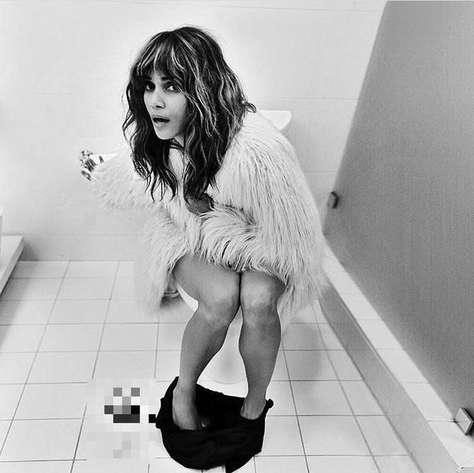 Hale Beri na WC šolji