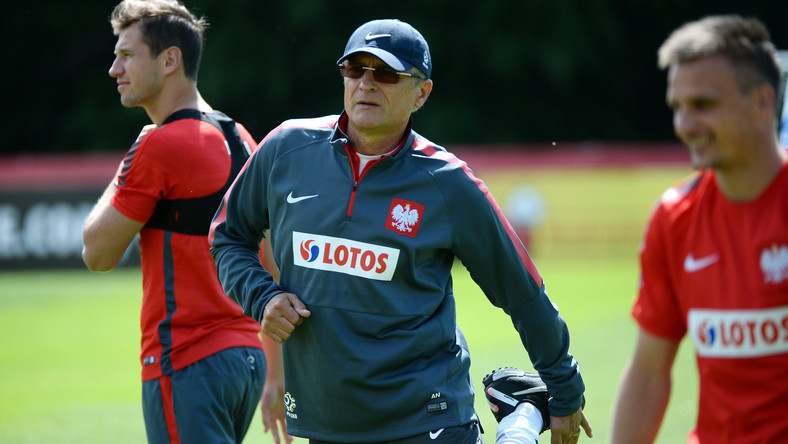 Selekcjoner Adam Nawałka (C) podczas treningu reprezentacji Polski, 10 bm. przygotowującej się na zgrupowaniu w Warszawie do eliminacyjnego meczu piłkarskich mistrzostw Europy 2016 z Gruzją