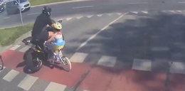 Motor potrącił kilkuletnie dziecko! Straszne nagranie