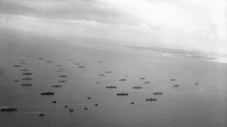 Flota inwazyjna liczyła 6939 jednostek, w tym 1213 okrętów wojennych. Na transportowcach zaokrętowano ponad 160 tysięcy żołnierzy