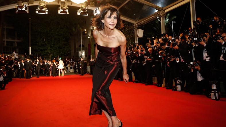 Cannes widziane okiem gazetowego czytelnika to niekończący się czerwony dywan, zaludniony gwiazdami defilującymi w błyszczących sukniach i idealnie skrojonych garniturach, hojnie rozdających ultrabiałe, idealnie symetryczne uśmiechy w stronę podekscytowanych tłumów i fotografów w muszkach. Lub wypełnione krytykami filmowymi sale, zaraz po seansie rozbrzmiewające głośnymi brawami lub pełnym dezaprobaty buczeniem, za chwilę falą elokwentnych tweetów i postów na Facebooku