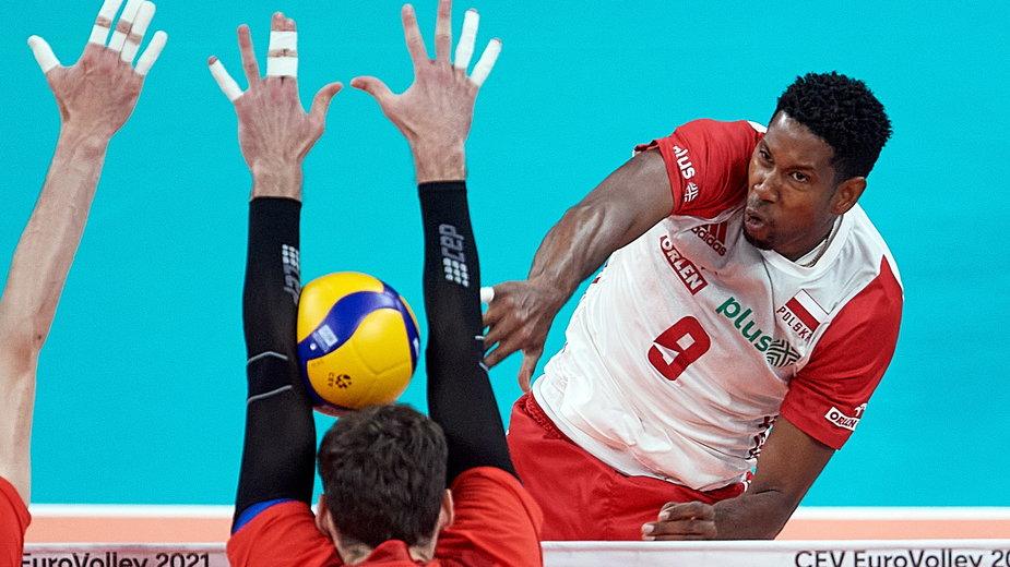 Wilfredo Leon w ataku w meczu Polska - Rosja w mistrzostwach Europy siatkarzy