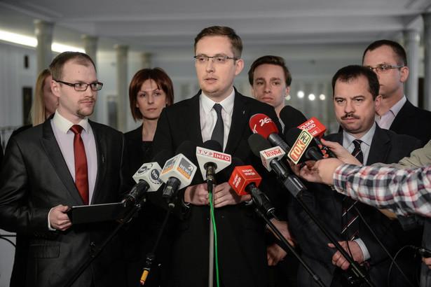 zef Ruchu Narodowego Robert Winnicki, wiceprezes RP Artur Zawisza oraz członek zarządu Ruchu Narodowego Jakub Kalus, podczas konferencji prasowej, po posiedzeniu Rady Politycznej RN