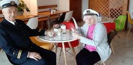 Oficer marynarki porwał chorą na Alzheimera żonę do tańca. Zobacz film