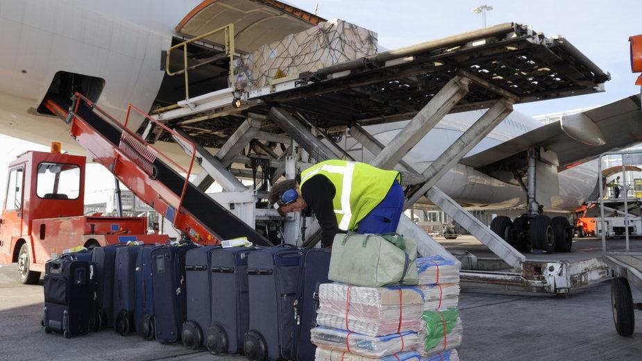 Piloci holenderskich linii lotniczych proszeni o pomoc w ładowaniu bagaży pasażerów