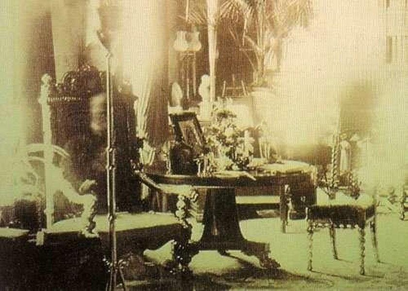 Duch zmarłego siedzi na krześle