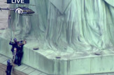 žena se popela na Kip slobode