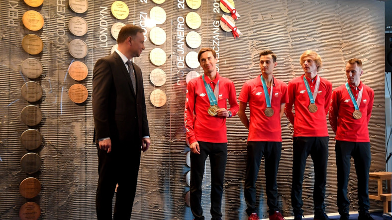 """Biało-czerwoni w lutym w Korei Południowej zdobyli dwa medale w skokach narciarskich. Na dużym obiekcie indywidualnie najlepszy był Kamil Stoch, a z kolegami z drużyny stanął jeszcze na najniższym stopniu podium. """"Są malkontenci, którzy narzekają, że były tylko dwa medale. Ja musiałem czekać 30 lat na medal Polaka na zimowych igrzyskach. Kiedy złoty w Sapporo w 1972 roku zdobył Wojciech Fortuna mnie jeszcze nie było na świecie. Po następny dopiero w 2002 roku sięgnął Adam Małysz, którego bardzo serdecznie pozdrawiam"""" - podkreślił prezydent."""