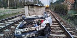 Pociąg staranował ich auto. Wyskoczyli w ostatniej chwili!