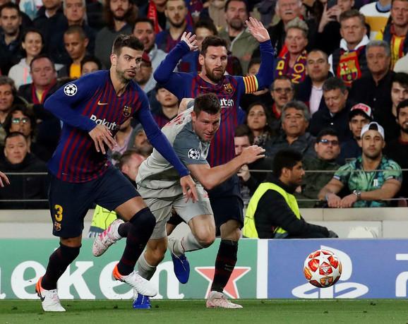 Lionel Mesi i Džejms Milner u jednom od mnogih duela tokom dvomeča Barselone i Liverpula