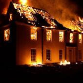 Dečak (5) se probudio u kući punoj dima, prvo je izveo napolje sestru (2), potom psa, a onda je spasao ostalih šest članova PORODICE (FOTO)