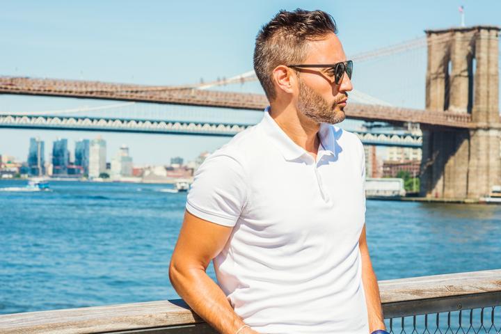 Męska koszulka polo. Jaką wybrać? Przegląd stylizacji