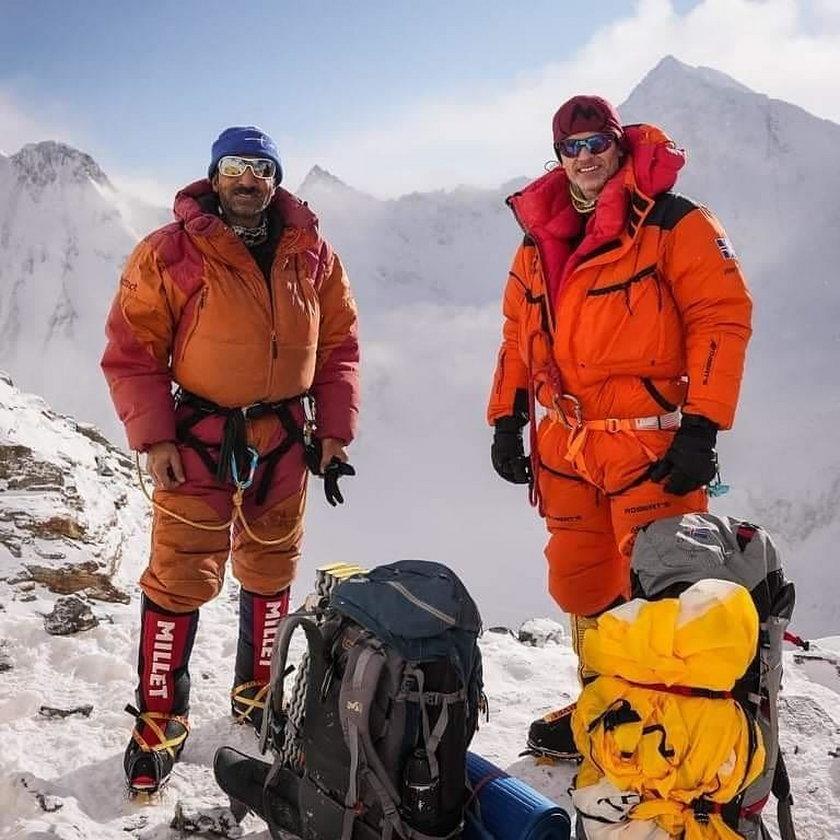 Wymieniona trójka w czwartek rozpoczęła atak. Szedł z nimi też Sajid, syn Alego, ale na wysokości powyżej 8000 metrów, ze względu na problemy z aparatem tlenowym, musiał zawrócić.