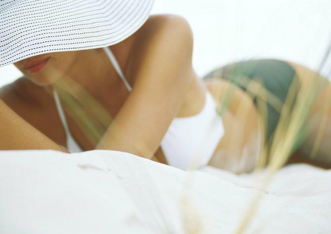Sve više žena se ovog leta žali da im se fleke od sunca pojavljuju na najgorem mestu