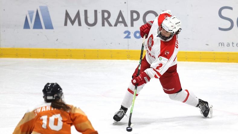 Wiktoria Gogoc (P) w meczu z Holandią podczas turnieju kwalifikacyjnego do igrzysk olimpijskich hokeistek