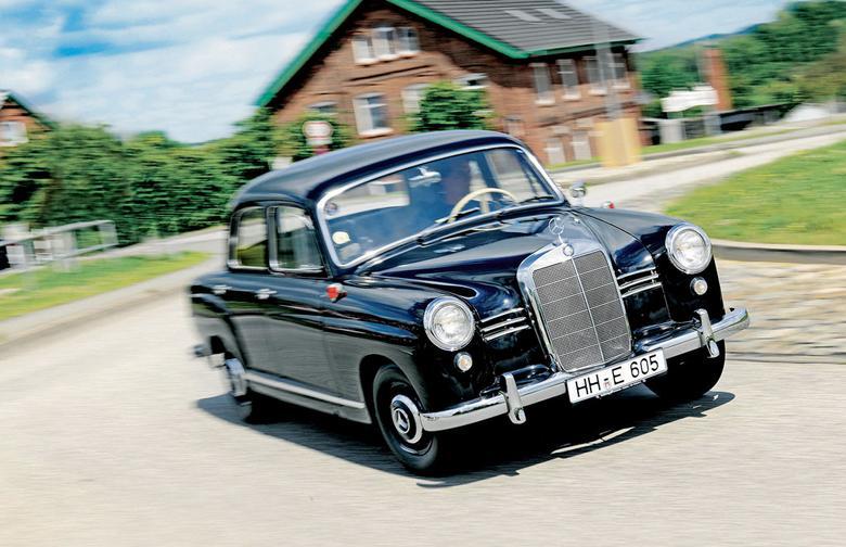 """Większość Mercedesów """"pontonów"""" miała pracowite życie – jeśli nie u bauera, to na taksówce. Temu konkretnemu egzemplarzowi się upiekło. Jego przebieg to tylko 5532 km."""