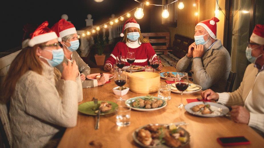 Rzecznik MZ: ograniczenie liczby świątecznych gości to twarde wskazanie, jak spędzić święta
