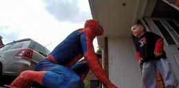 Spiderman odwiedził chorego chłopca na urodzinach!