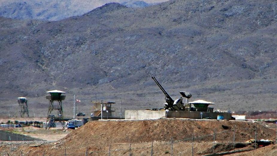 Irańskie działko przeciwlotnicze strzegące ośrodka nuklearnego w Natanz