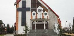 Ksiądz zamontował ten krzyż na ścianie kościoła. Mieszkańcy aż podchodzą co wieczór do okien