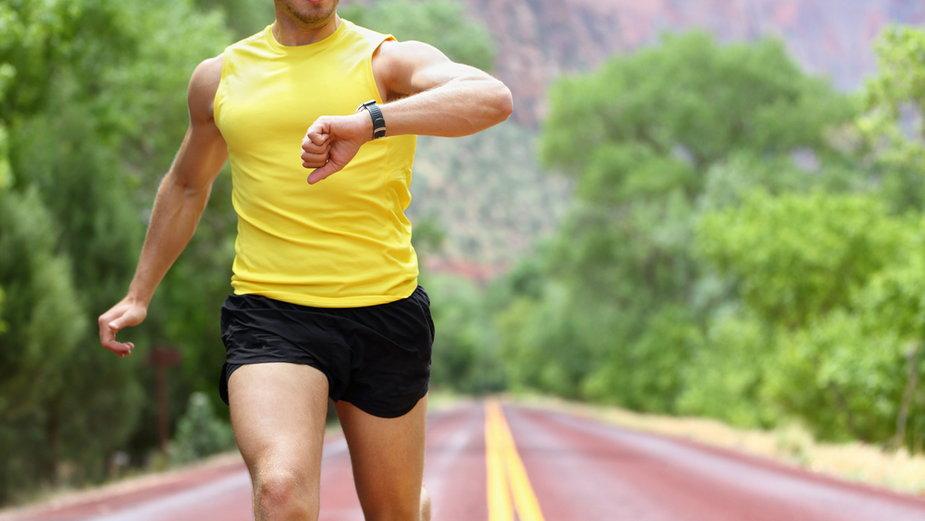 Biegacz ze smartwatchem