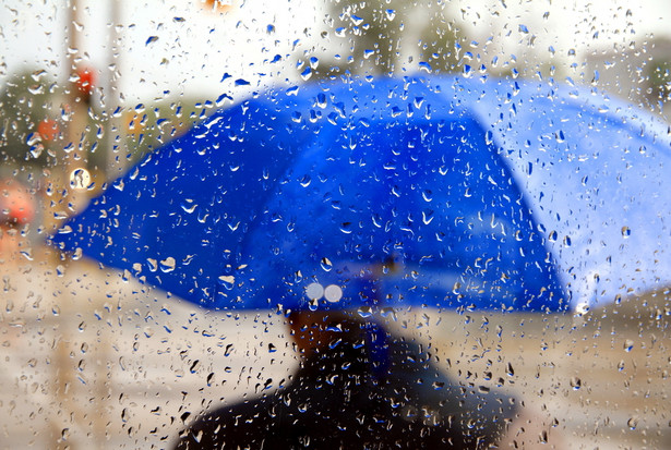Rzecznik PSP powiedział PAP, że ze względu na skutki silnego wiatru i opadów deszczu bez dostaw energii elektrycznej w środę rano (na godz. 6) pozostawało 2929 gospodarstw domowych w województwach podlaskim, warmińsko-mazurskim, śląskim i opolskim.