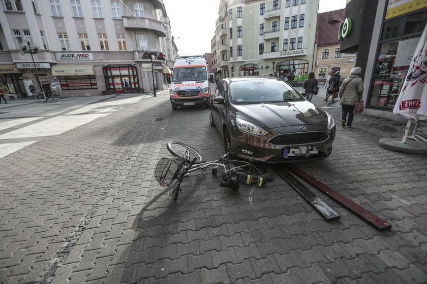 Auto bez kierowcy przejechało rowerzystkę