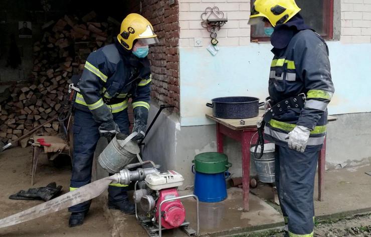 Vatrogasci spasioci pomoć stanovništvo poplave poplavljena područja