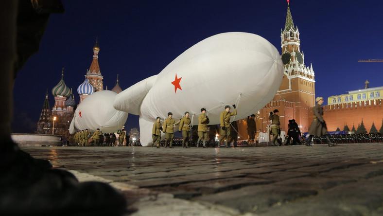 74 lata temu Armia Czerwona przedefilowała obok murów Kremla idąc prosto na front, aby odeprzeć atak hitlerowskich Niemiec na Moskwę. Na pamiątkę tamtego wydarzenia również dziś zorganizowano na Placu Czerwonym historyczną rekonstrukcję parady czerwonoarmistów. Wzięło w niej udział około 5 tysięcy osób.