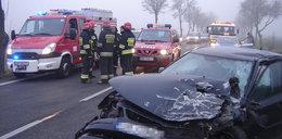 12 osób rannych po zderzeniu busa z osobówką
