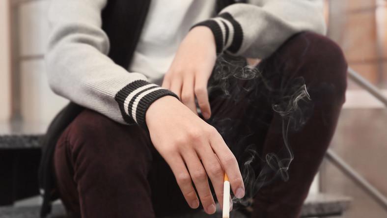 Nastolatek z papierosem