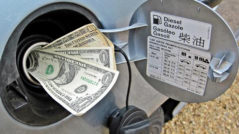 Analitycy Goldman Sachs prognozują, że - mimo zwiększenia wydobycia w USA - porozumienie OPEC spowoduje globalny deficyt ropy
